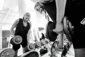Helen Hedblom älskar att träna. I dagsläget tränar hon både styrka och basket, men undviker fysisk kontakt i ungefär en månad till. Först måste röntgenplåtarna säga sitt.