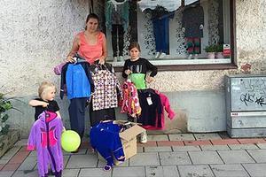 Lis Strand, Elin Frost och Nelly Sjölund plockade ihop kläder i butiken Minimode som ska transporteras till flyktingar på den grekiska ön Lesbos.