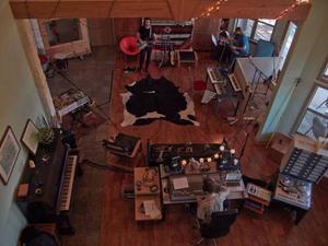 Studion där Ellen Sundberg spelade in sin nya skiva i Texas byggdes upp i Israel Nash Gripkas vardagsrum. Här är bilden tagen från en loftgång.