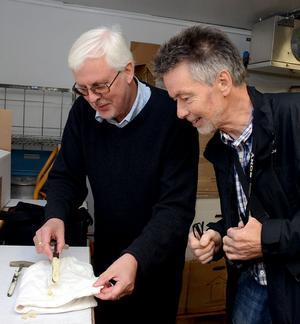 Bertil Wennberg och Bosse Söderholm är väldigt nyfikna på hur osten ser ut inuti och hur den smakar.
