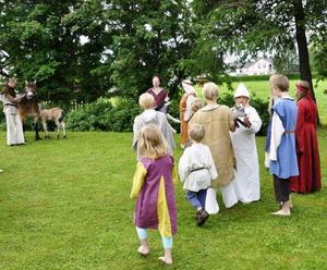 Året är 1410 och Arne ska anträda den långa resan till Mordviken. Här förmanar han hustru och barn inför bortavaron. I bakgrunden väntar drängen med hästen.