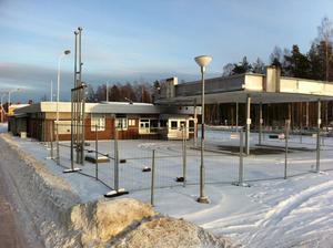 OK:s nedlagda mack i Björksätra kan komma att rivas när arrendeavtalet går ut nästa år. Oljebolaget vill inte sälja till en konkurrent och kommunen godkänner inte köpare eller hyresgäster från andra branscher.
