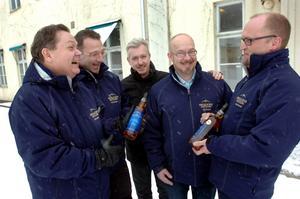 Ola Lindberg, Wolfgang Hess, John Cassidy, Mats Lihnell och Patrik Axelsson utanför Bergslagens destilleris nya lokaler i Nora.