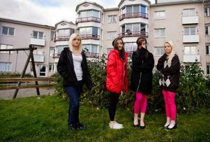 """""""Trist"""", tycker Carina Dahl, Maria Charmi, Sophie Bernhard och Malin Sellbom om utemiljön på gården i Torvalla."""
