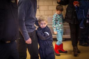 Anton 5-år tittar nyfiket på Robin Erlandsson och Daniel Runnvik som räddade honom på nyårsafton.