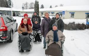 Varje tisdag, oavsett väder, drar rullstolsrallyt från Enbackagården till församlingsgården för att träffas och fika.