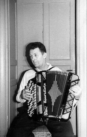 Wilhelm Östlund med dragspelet.