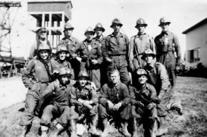 Det tyska gänget i full mundering med gruvlaven i bakgrunden. Längst upp till vänster ses Erik Lindroth som representerade gruvfacket som i Stollberg hette avd. 83. Samtliga tyskar var fackligt anslutna. Bilden är tagen i augusti 1951.
