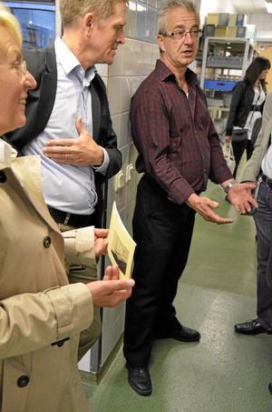På Lindeskolan. Johan Bergdahl och Pierre Fell på Lindeskolan, berättar för de tyska besökarna hur utbildningen är upplagd. bild: sofia gustafsson