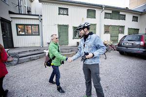 Dan Magnusson välkomnar Lars Åslund.