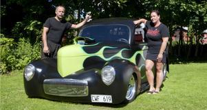 Lasse och Anette Surakka hoppas kunna inspirera andra till att våga bygga en bil från grunden.