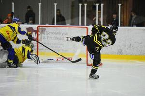 David Göthlin gör ett av sina två mål för AIK Hockey mot Nälden.