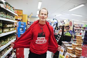 Rött så klart. Erik Hellspong, butikschef på Ica i Järvsö, har under veckorna med Körslaget puffat för Team Andreas och Järvsökören. Erik anser att Körslaget gett bygden värdefull reklam.