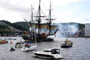 FINT BESÖK. Flera tusen människor stod och väntade i hamnen när fartyget Götheborg på eftermiddagen den 16 augusti sköt salut för att meddela sin ankomst till Örnsköldsvik. Fartyget är en replika av en ostindiefarare från 1700-talet, och är i dag världens största seglande träskepp.