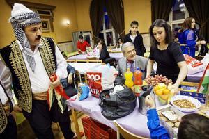 Ibrahim Kalil till vänster, bär nyårsfirandet till ära en traditionell kurdisk dräkt.