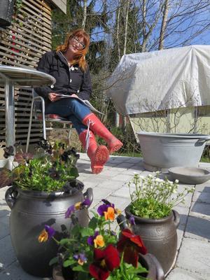Wilma Östlund bläddrar gärna bland skisserna och drömmer om hur trädgården snart ska se ut.