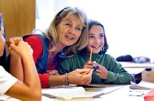 Agneta Riswall är lärare i svenska/so och engelska, men passar på att hjälpa till när kollegan Margoth Hansen har matteundervisning. Här är det Anna Pendaries i klass 3-4 som får vägledning.