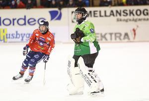 Jocke Svensk och målvakten Anders Svensson i ett Edsbyn som kopplat greppet på derbykvarten.