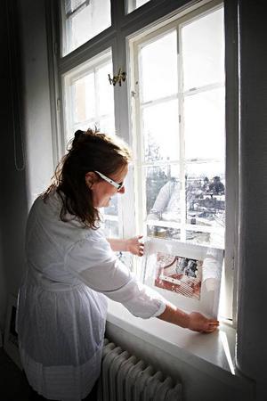 Alla placeringar prövas. Ylva Kikajon testar fönsterljuset i de vackra lokalerna hos Östersunds konstskola på Frösön.