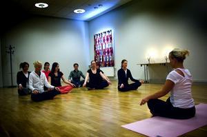 Balans. Poweryoga är en västerländsk form av yoga som är mer fysikst krävande än den traditionella. Syftet är att uppnå balans mellan kropp och själ. Passen hos IOGT-NTO leds av Sofia Norgren från Må Bättre i Falun. Foto: Janne Eriksson
