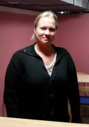 Carola Henriksson, fritidsledare på ungdomsgården och kontaktperson för lokala Brå-gruppen, har otaliga exempel på nyttan av en väl fungerande närpolis.