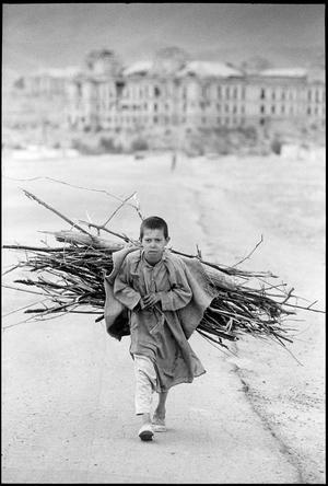 Afghanistan, Kabul Pojke samlar ved.Daterad 1996.