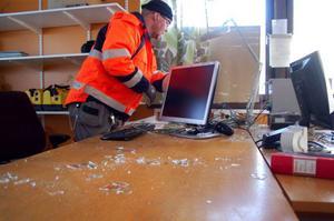 """Håkan Larsson städar skrivbordet efter nattens inbrott. """"Tur att det bara var datorn de tog, det hade kunnat vara värre"""", säger han.  Foto: Carin Selldén"""