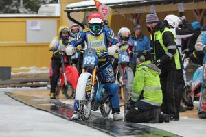 Niclas Svensson i väntan på att rulla ut till start till ett av sina heat. Svensson körde strålande hela dagen och vann till slut finalen.