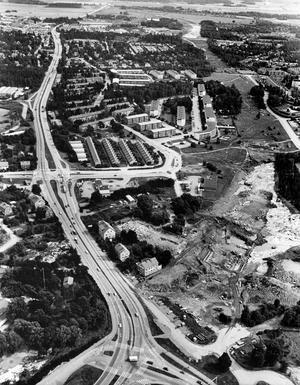 E18. Motorvägen skulle dras genom bostadsområdena som Viksäng och Klockartorpet. Många västeråsare ville att planerna skulle ändras men vägen byggdes.Fotodatum: 1979-08-10