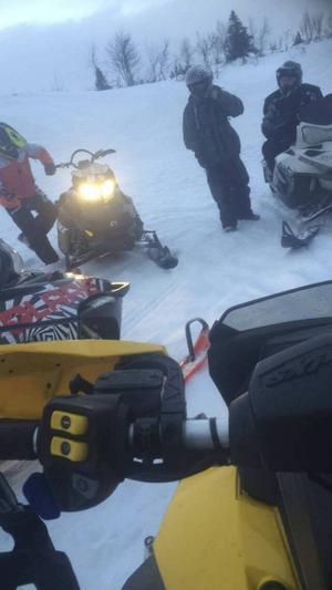 Här åker Erik Nyqvist skoter tillsammans med sina kompisar på Åkersjön förra lördagen. Alla med hjälm så klart.