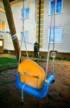 Polisen spärrar av efter att en kvinna och ett barn hittats döda i en lägenhet i Arboga under måndagen.