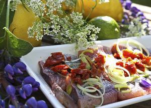 Helgens matjessill kan skruvas till i smaken med soltorkade tomater och strimlad purjolök.