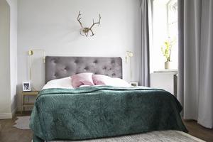 Grönt återkommer i flera rum. Hornet ovanför sängen har varit Malins morfars.