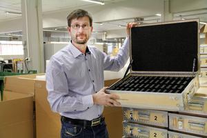 Hans Persson berättar att numera produceras själva trälådan i Estland, men inredningen i Runemo. Just det här emballaget ska gå till Saab och det är specialinstrument inredningen ska skydda.