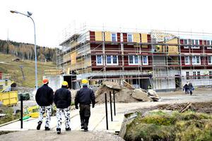 Cirka 20 estniska arbetare monterar ihop det prefabricerade hotellet i Kungsberget.