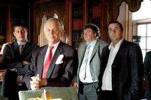ENGAGERAD. Louis De Geer, närmast kameran, berättade för de Vallonska politikerna om Lövstabruk. Nu har Louis De Geer fått Upplandsmedaljen för sitt engagemang.Foto: Conny Svensson