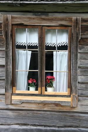 Ett av de vackra fönstren vid Haga-vallen.