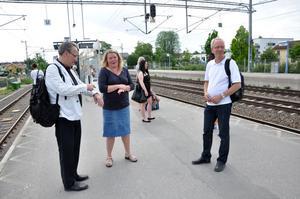 VÄNTAN. Thomas Montgomery och Sture Jonsson, UL, väntar ihop med Lena Eriksson, DSB Uppland AB, på Upptåget från Tierp till Upplands Väsby.