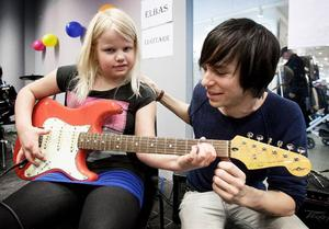 Blivande rockmusiker? Vem vet, det är kanske elgitarr som Irma Berg kommer att satsa på framöver. Pär Eriksson gav Irma ett och annat gott råd. Foto: Peter Ohlsson/DT