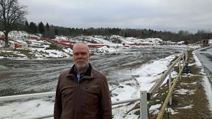 Bosse Andersson, ordförande i MK Orion, framför det som skulle varit underlag för en folkracetävling på lördag. Men Sipsjöbanan i Hallstavik är för upptinad för dylik verksamhet.