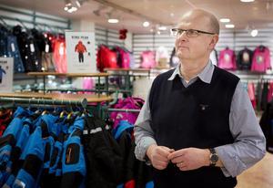 """Anrik butik. Anders Östgren på Strands som funnits sedan 1909 tror att nedgången fortsätter. """"Vi har svårt hålla siffrorna""""."""