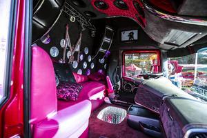 """En finsk lastbilshytt med sitt 25 meter långa helt motivlackade Scania-ekipage """"Madonna"""". Bilen är lackade med den megastora popstjärnan som tema."""