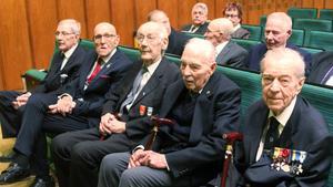 Finska krigsveteraner. Illmari Naula, Joel Knöös, Sulo Niemi, Paul Rool och Heikki Lirberg var inbjudna som hedersgäster.