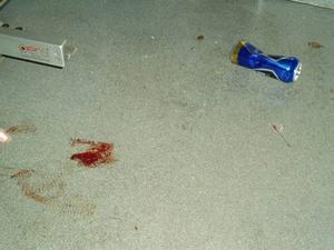 I ambulansen fanns blodfläckar, en kanyl, ölburkar och en tom gasbehållare. Dagskiftet fick göra en storstädning för att få ambulansen i skick igen.   Foto: Landstinget