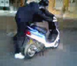 PRIVATFILM. Flera personer filmade rånarna med sina mobiler. Några av filmerna blir nu bevismaterial i rättegången. Den här bilden på rånaren och mopeden finns i en av dem.