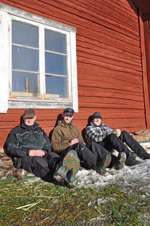 PAUS I VÅRSOLEN. Vaktmästarna Lars-Gösta Hellberg, Patrik Axelsson och Patrik Hjälmeskog njöt av vårsolen.