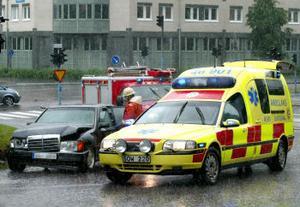 I går, när det regnade som allra mest i Sundsvall, krockade två bilar i korsningen Norrmalmsgatan/Skönsbergsgatan.