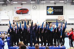 Norrtälje GF:s gymnaster i RM Äldre jublar uppe på pallen under Järfälla Trupp Cup.