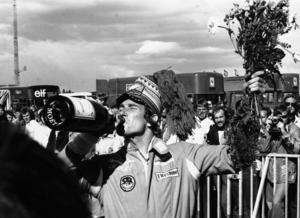 James Hunt firar med Möet & Chandon