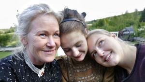 Tre systrar: Anki Thorell, Bonnica Sjöblom och Linda W Bunne spelar Olga, Irina och Masja i Tjechovs pjäs som spelas på handelsträdgården Gröna Systrar i Finflo utanför Hudiksvall.